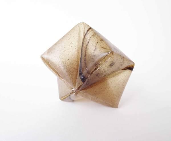 Bioplástico. Biodegradable. broche. Brooch. Jewelry design. Bioplástico. Joyería Barcelona. Joyas de diseño. Arte en Barcelona. Agostina Laurenzano. Remolacha