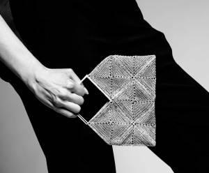 Joyería Barcelona. Barcelona Diseño. Joyería de diseño. brazalete tejido en hilo de plata . Pendant. Bolso de mano. Handbag Woven with silver thread