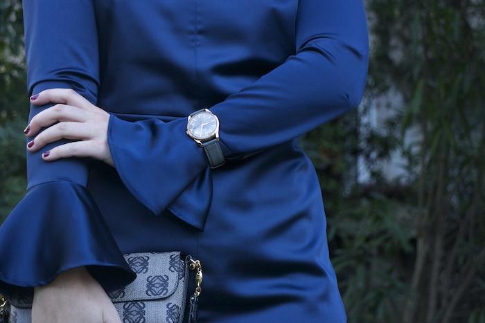 henry-london-embajadora-paula-fraile-vestido-escote-espalda-azul-bolso-loewe-amaras-la-moda
