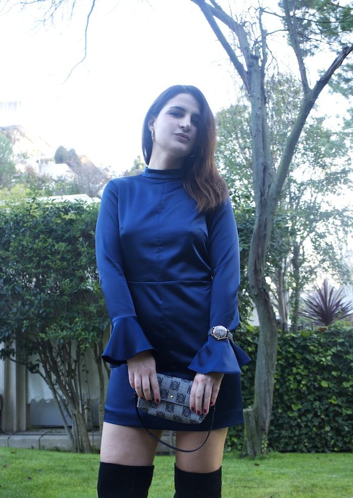 henry-london-embajadora-paula-fraile-vestido-escote-espalda-azul-bolso-loewe-amaras-la-moda10