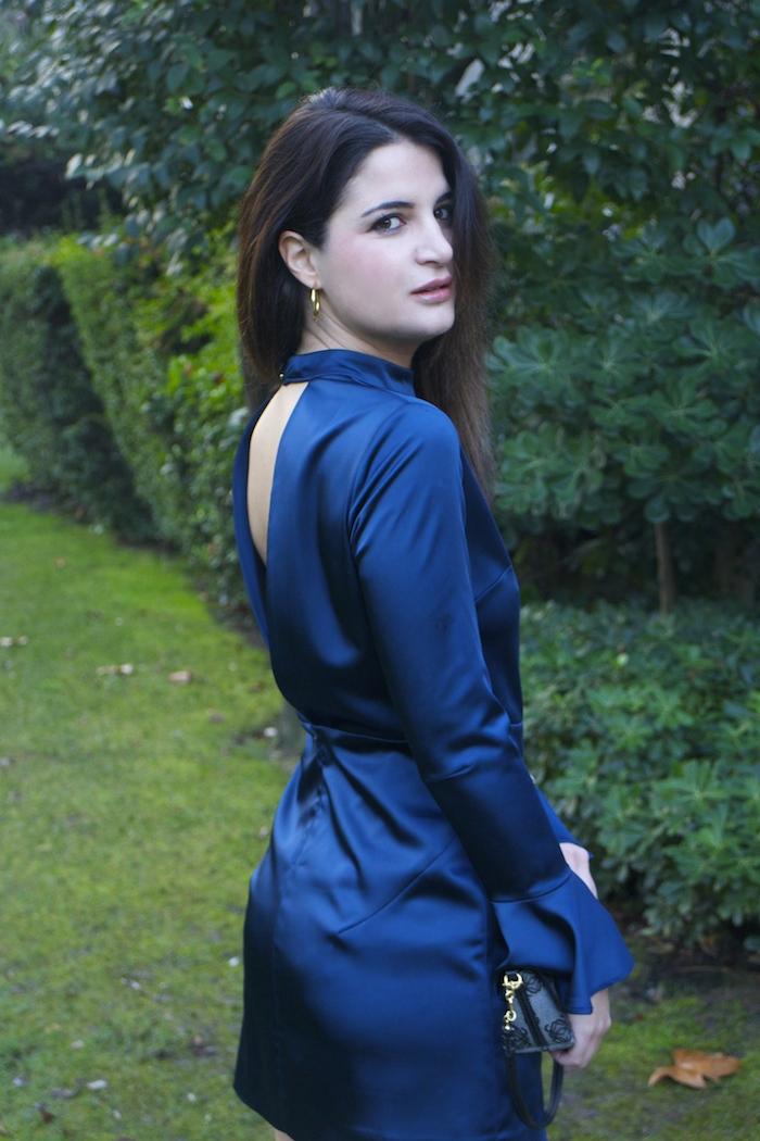 henry-london-embajadora-paula-fraile-vestido-escote-espalda-azul-bolso-loewe-amaras-la-moda5