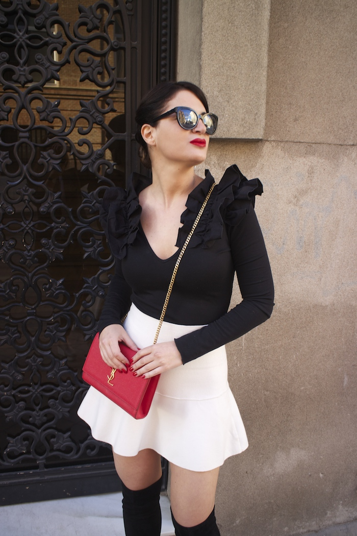 camiseta volantes hombro Zara zara blanca bolso yves saint laurent paula fraile chanel sunnies amaras la moda3