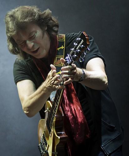 Steve-Hackett-live-76-credit-iconphoto.ch-lo-res-e1377354129877