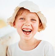 Foto de una niña riendo