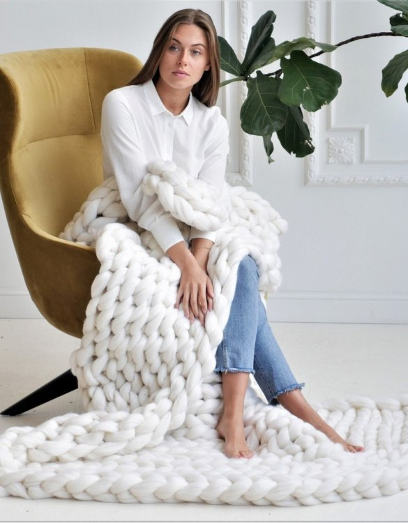 Super soft, the White Chunky Knit Blanket is the perfect addition for any contemporary home and makes it perfect for naps or night time.
