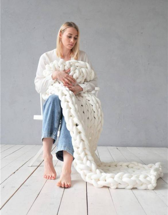 Super soft, the White Chunky Cotton Blanket is the perfect addition for any contemporary home and makes it perfect for naps or night time.