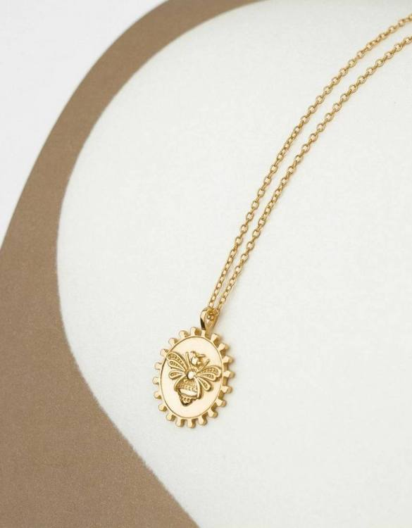 With a sleek, minimal and contemporary design, the Bee Medallion Gold Necklace is the perfect everyday accessory for effortless elegance. This special sterling silver necklace has been designed to represent happiness, so whoever wears can be set on the path to joy.