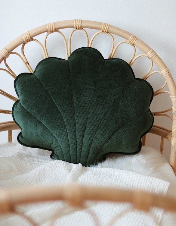 A great way to brighten up your child's room, the Emerald Big Velvet Shell Cushion is perfect for colour lovers young and old, equally at home in an eclectic living room or a teenage bedroom. Brighten up your child's room or play space with this playful and charming character.