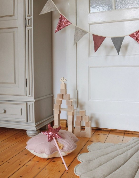 Add a pop of colour with the Pink and Gray Pennant Sequins Garland. A colourful finishing touch for your nursery or child's room, living space or to celebrate a party! The perfect size for decorating a shelf or mantle.