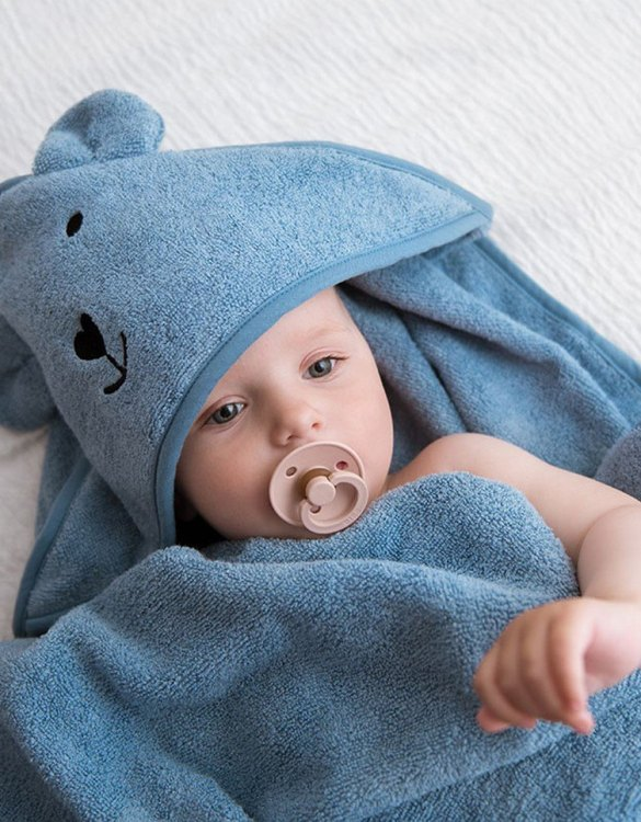 Make your little one's bath time a breeze by drying her off with the Denim Blue Hooded Baby Bath Towel. This baby hooded towel is a must-have essential for all new babies to use during their bathtime routine and is an easy and practical way for the new parents to swaddle their newborn up after bathtime, for some extra cute post-bath time cuddles.