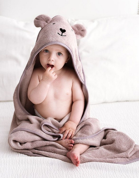 Make your little one's bath time a breeze by drying her off with the Latte Bamboo Hooded Baby Bath Towel. This baby hooded towel is a must-have essential for all new babies to use during their bathtime routine and is an easy and practical way for the new parents to swaddle their newborn up after bathtime, for some extra cute post-bath time cuddles.