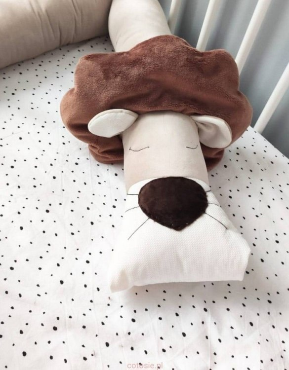 Highly practical and gorgeous looking cot bedding, the Lion Beige Velvet Cot Bumper is perfect to welcome a new baby at home! It is not only a protection but also a soft friend who will make sure that the child does not feel lonely during sleep.