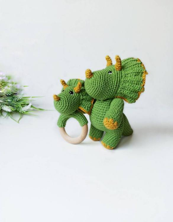 Perfect for any little new arrival, the Personalised Dinosaur Baby Gift Set is a lovely gift to welcome a new baby to the world. This newborn gift box is a perfect gift for the newborn, baby shower, and birthday.