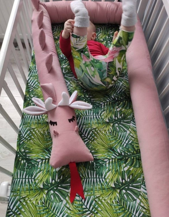 Highly practical and gorgeous looking cot bedding, the Dragon Dirty Pink Velvet Cot Bumper is perfect to welcome a new baby at home! It is not only a protection but also a soft friend who will make sure that the child does not feel lonely during sleep.