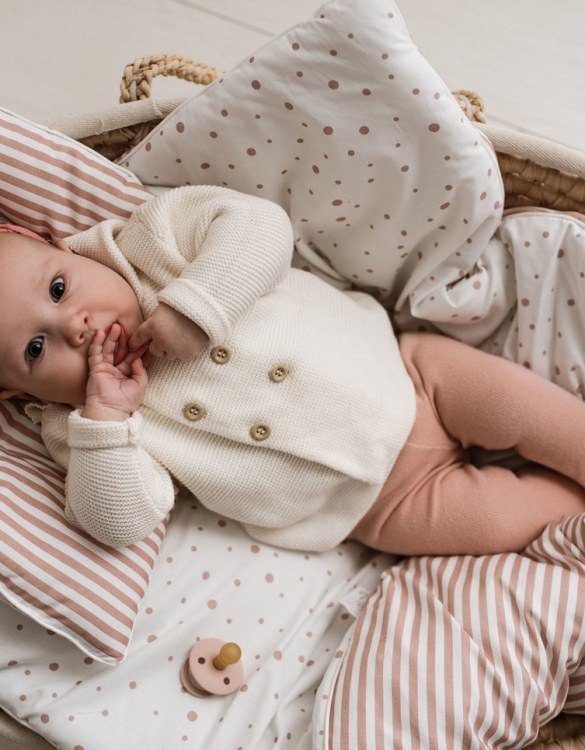 Delicate and extremely pleasant, the Dirty Pink Double-sided Linen with Filling Set will provide excellent sleeping comfort for your child. When it's time for bed, step into your dream voyager and close your eyes.