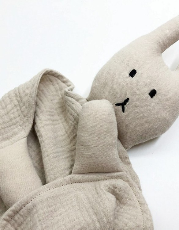 Perfect for tiny little hands to explore and hug, the Peter Rabbits Beige Baby Comforter makes a perfect friend to every baby or toddler. This unique baby comforter toy will encourage babies to explore textures and develop their grabbing skills and become the finest puppet to engage newborns.