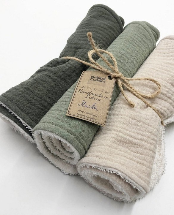 With a multitude of uses, the Set of 3 Green Burp Rags is ideal for your baby with sensitive skin. This burp cloth is lightweight, breathable, and helps babies sleep well.
