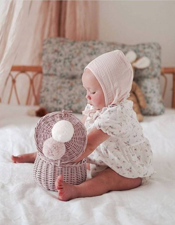 Decorated with pompoms, the Dirty Pink Small Wicker Casket is an elegant element of the decor. A wicker casket for small items. It doesn't matter whether you're 3 or 33, a girl always needs somewhere pretty and practical to store all her treasures.