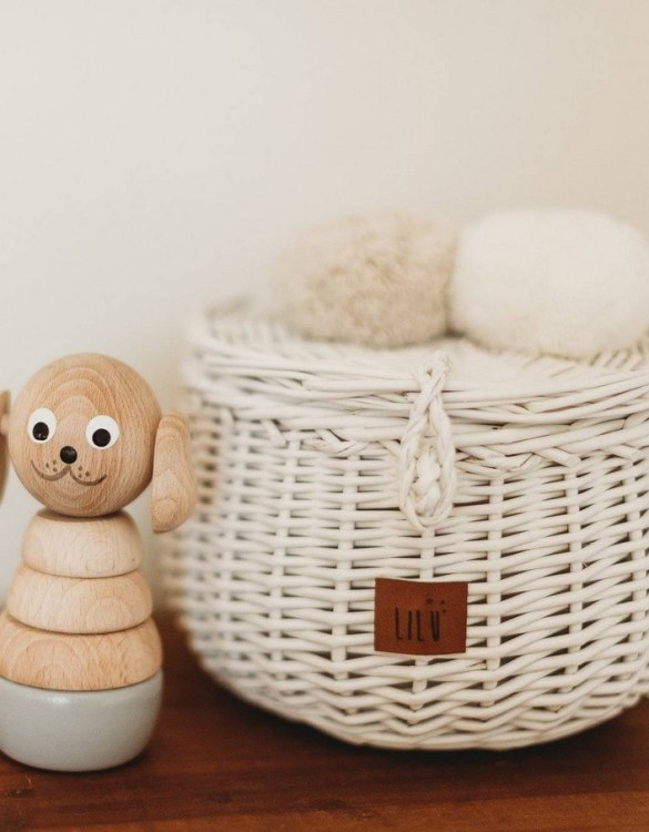 Decorated with pompoms, the White Small Wicker Casket is an elegant element of the decor. A wicker casket for small items. It doesn't matter whether you're 3 or 33, a girl always needs somewhere pretty and practical to store all her treasures.