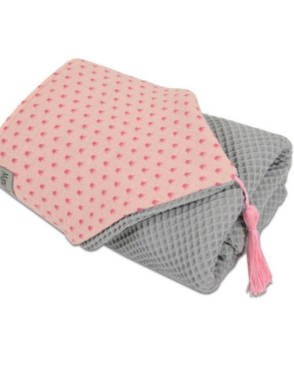 Great for gifting, the Hooded Towel Pink Crown is made from a beautiful 100% cotton terrycloth to make an absorbent yet lightweight fabric. A soft infant hooded towel with a charming muslin hood.