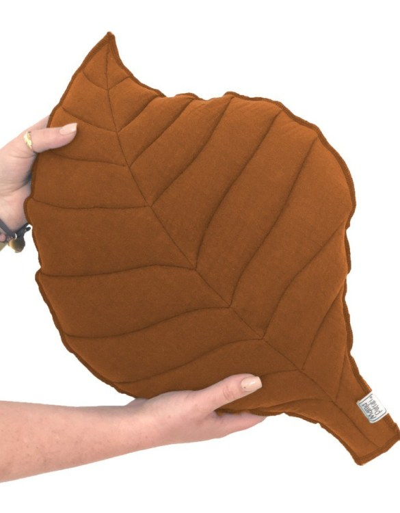 Perfect for any little one or teenager's bedroom, the Leaf-shaped Pillow Caramel is great for finishing up your little one's playroom. Your kids will love it! This children's cushion is super soft and super cute. A beautiful addition to any nursery or kids' room.