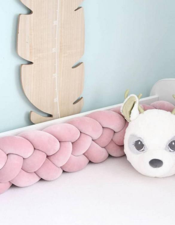 Safe for newborns and babies, the Dirty Pink Braided Crib Protector protects against impacts and at the same time creates a modern and exclusive decoration. The braid is ideal for a baby crib and toddler's bed.
