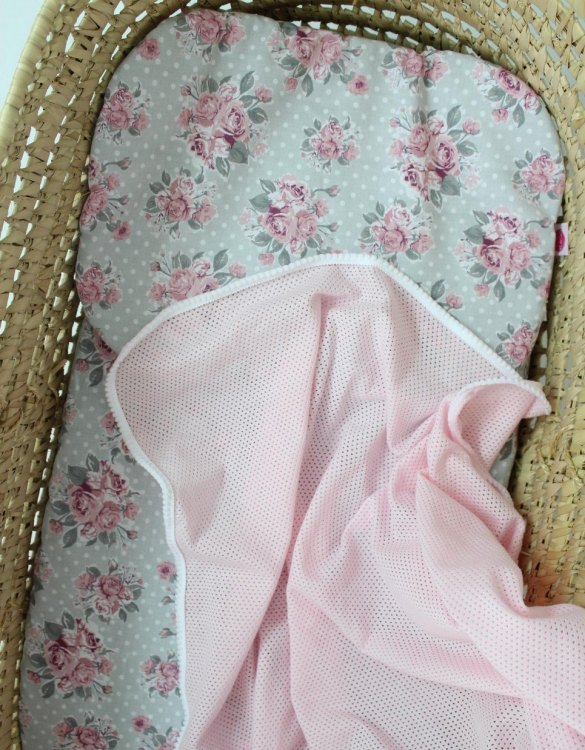 The perfect gift for any baby's bedroom or pram, the Flowers Pink Moses Basket Bedding Set is gorgeous bedding set to welcome the little one home with in style! The perfect backdrop for sleep and photo ops.