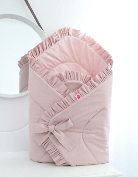A great idea for newborns, the Dirty Pink Baby Horn With a Frill is the perfect accessory for the busy on the go parent. Keeps your baby comfortable with out the hassle of losing dropping or running over your blanket!