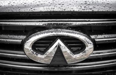 Infiniti-QX70-S-Design-badge-rain