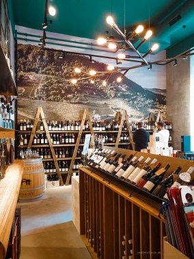 Photo of the In Vino Veritas shop and its shelves full of Hungarian wines.