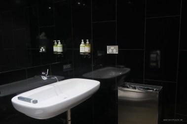 virgin-australia-melbourne-lounge-shower-bathroom