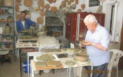Botteghe di Ceramiche a Squillace. Scultura a Mano e Creazione della Tipica Borraccia del Viandante.