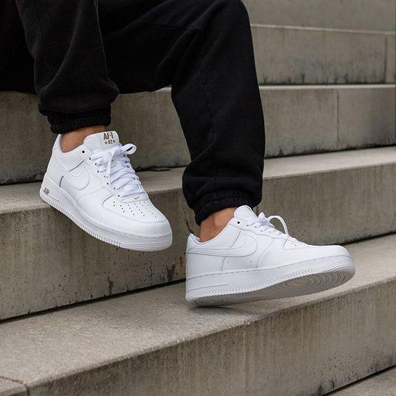 寬大棉褲配小白鞋