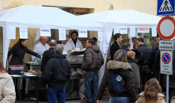 Als Geheimtipp für Trüffelliebhaber gilt der alljährliche Trüffelmarkt in dem kleinen 900-Seelen-Ort San Giovanni d'Asso in den Crete Senesi.