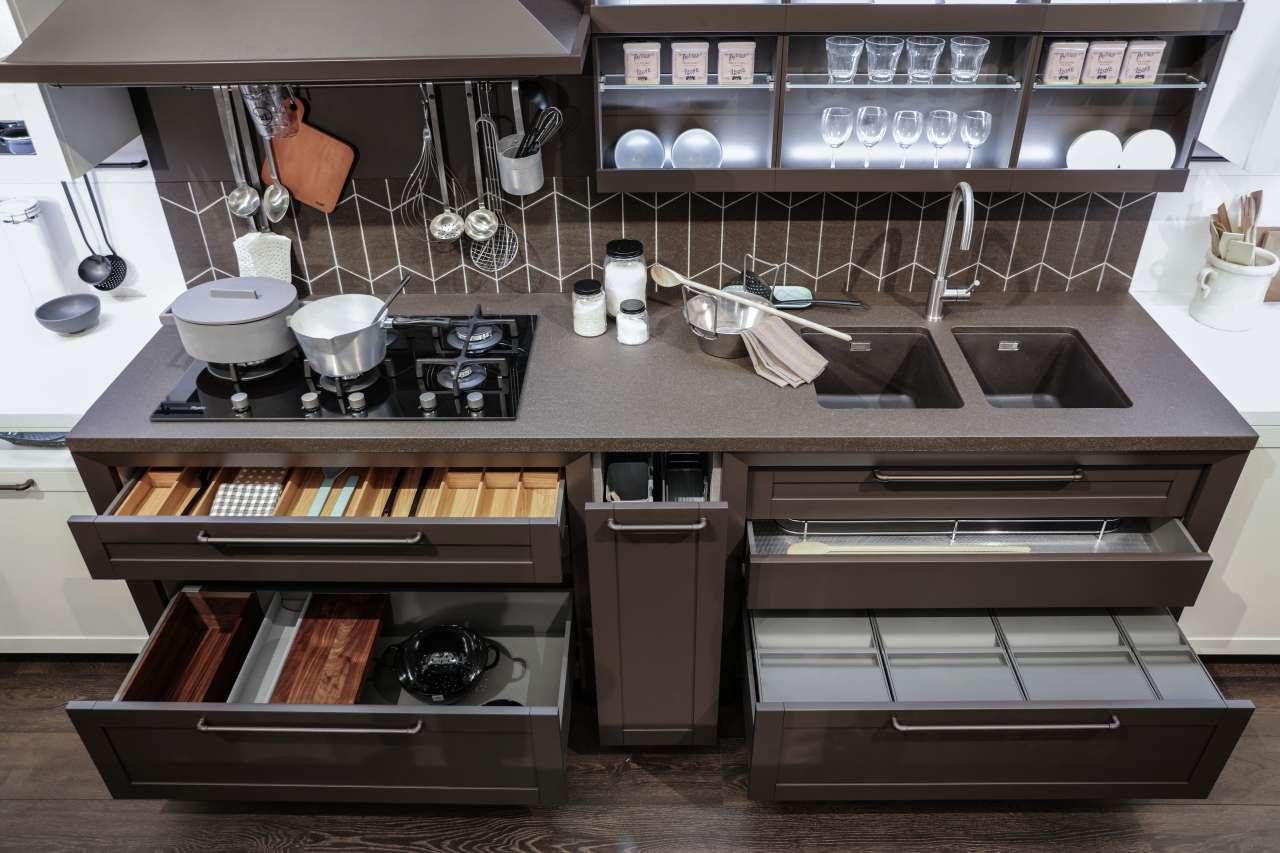 É una società italiana specializzata nella produzione di articoli destinati alle industrie di mobili d'arredamento, di cucina in particolare. Accessori Interni Di Design Ambiente Cucina