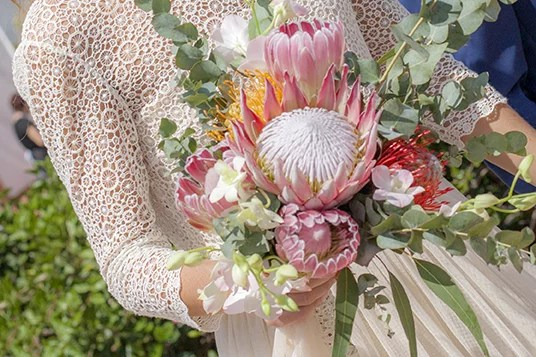 Boho Brautstrauß mit Protea und Sukkulenten in Rosa und Grün