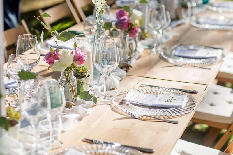 Tischdeko mit Rosen, Orchideen und Sukkulenten