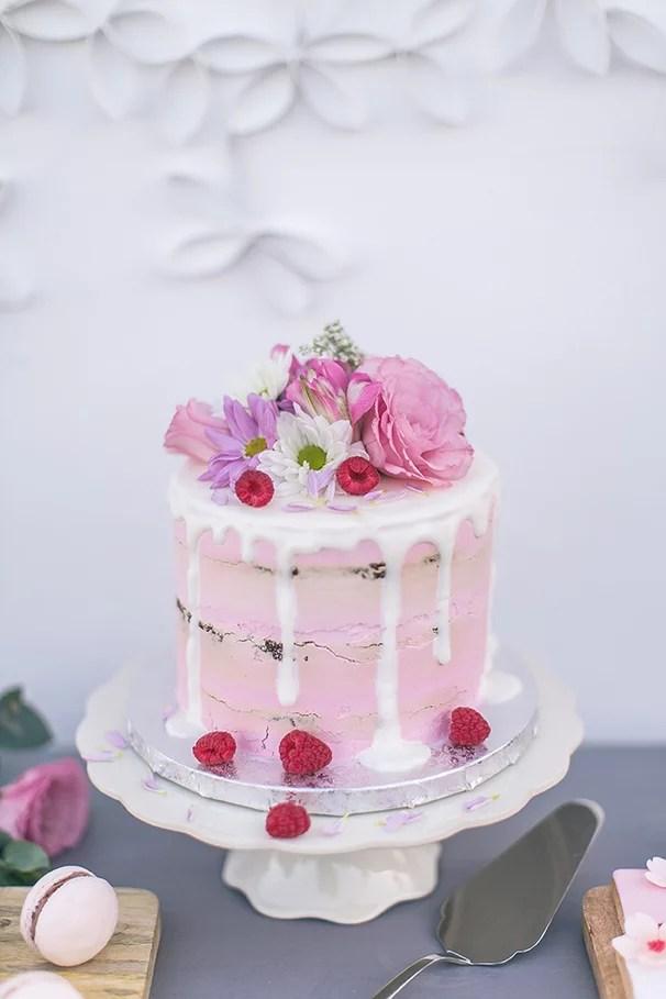 Hochzeitstorten Ideen drip cake in rosa mit frischem Obst