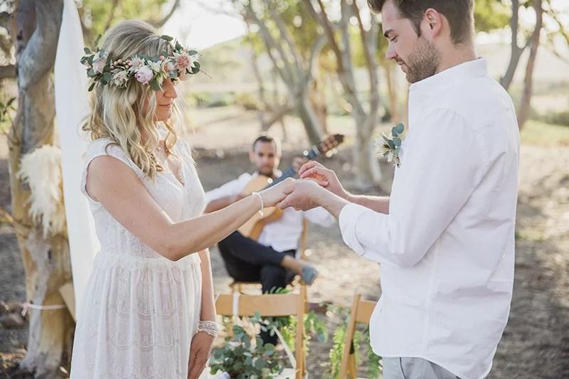 Freie Trauung am Strand, Boho Wedding in Spain, Boho Braut mit Blumenkranz