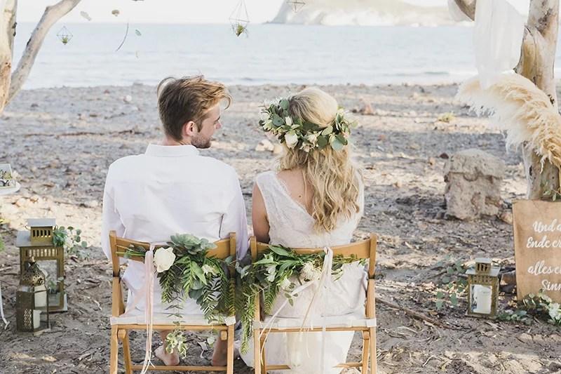 Boho Brautpaar bei ihrer Strandhochzeit in Spanien. So romantisch ist es zu zweit zu heiraten am Strand