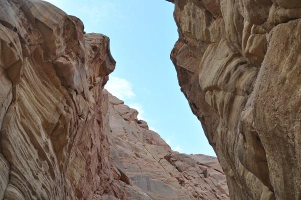 Rotsen in kloof tijdens kloofwandeling Wadi El Hasa tijdens een wandelreis van SNP door Jordanië