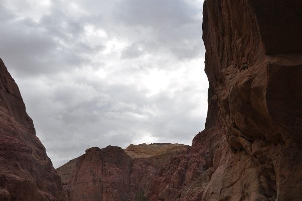 Landschap tijdens kloofwandeling Wadi El Hasa tijdens een wandelreis van SNP door Jordanië