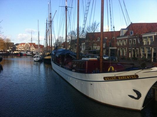 Wandelen over het Groot Frieslandpad bij de haven in Enkhuizen