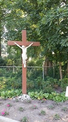 Wandelen over het Peerkepad bij kruisbeeld in Peerke Donderspark in Tilburg
