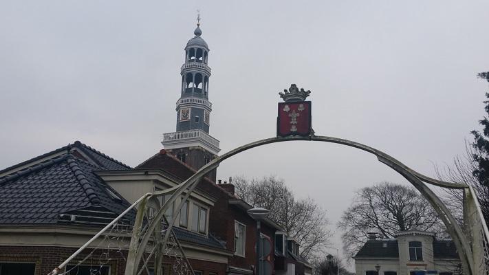 Wandelen over het Groot Frieslandpad langs de kerk in Aldeboarn