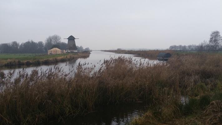 Wandelen over het Groot Frieslandpad langs Polderhoofdkanaal in Nij Beets