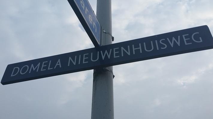 Wandelen over het Groot Frieslandpad bij een handwijzer aan Domela Nieuwenhuisweg