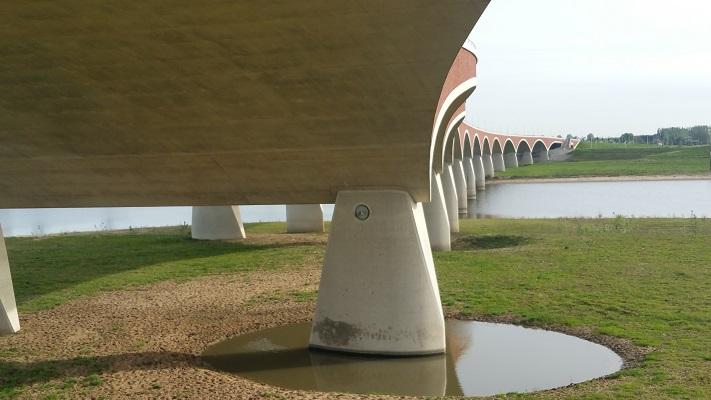 Wandelen over de Zuiderwaterlinie bij Brug de Oversteek in Nijmegen over de Waal