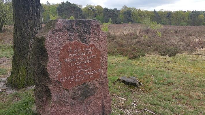 Monument voor eerste Nederlangse luchtvaartpionier op wandeling over Roots Natuurpad van Schaarsbergen naar Doorwerth