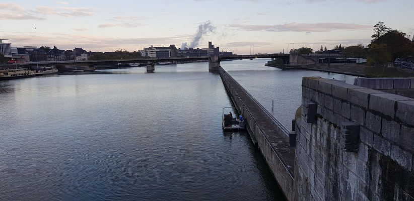 Maas in Maastricht tijdens een wandeling op het Maaspad van Maastricht naar Berg aan de Maas